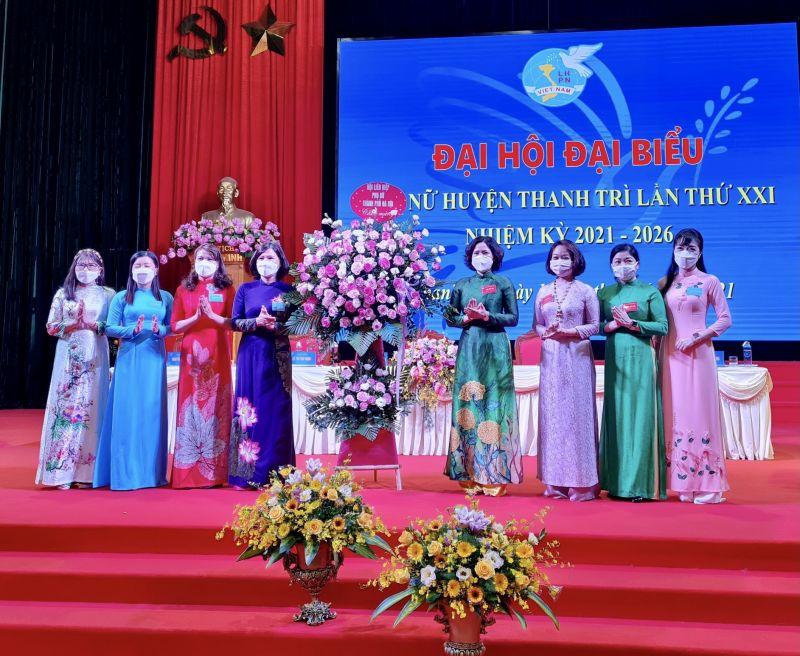 Đoàn Chủ tịch Hội LHPN TP Hà Nội tặng hoa chúc mừng Đại hội
