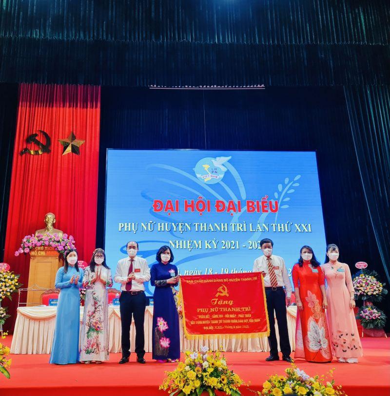 Bí thư huyện uỷ Thanh Trì tặng hoa chúc mừng Đại hội