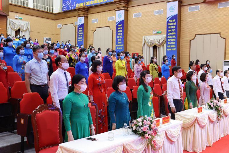 Các đại biểu thể hiện nghi thức chào cờ tại Đại hội