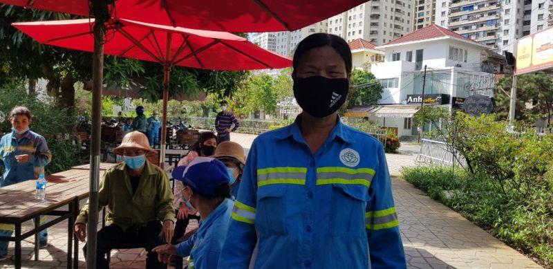 Bà Nguyễn Thị Sơn đi hơn 40km từ xã Võng Xuyên, huyện Phúc Thọ đến quận Hà Đông để nhận lương từ tháng 6/2020 do công ty nợ.  Số nợ còn lại bà Sơn mong được nhận đúng hẹn.