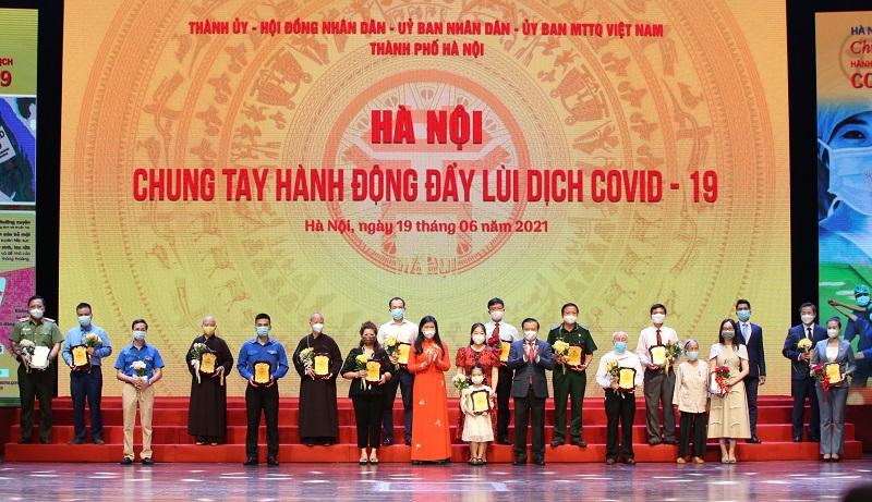Bí thư Thành ủy Đinh Tiến Dũng và Chủ tịch Ủy ban MTTQ Việt Nam TP Nguyễn Lan Hương trao biểu trưng cảm ơn các tập thể, cá nhân tham gia ủng hộ Chương trình
