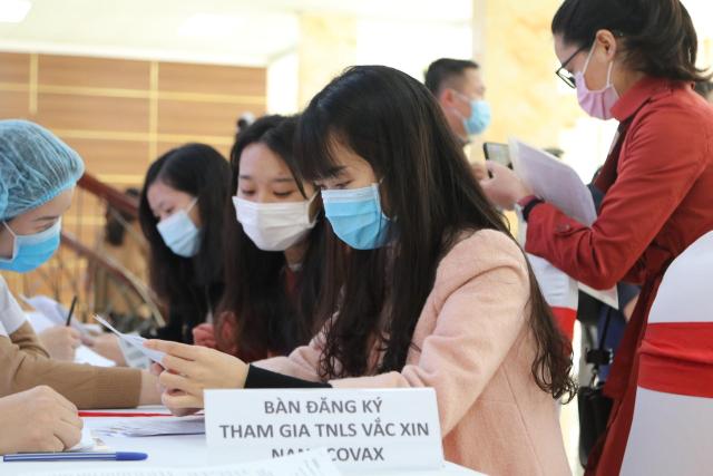 Tình nguyện viên tham gia đăng ký tiêm vắc xin Nano Covax.