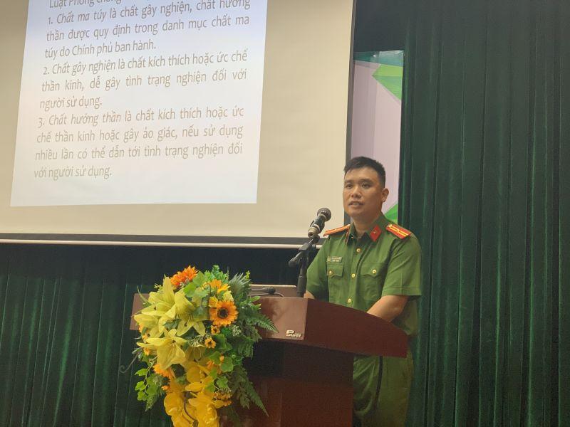 Thiếu tướng Ngô Quốc Khánh - Báo cáo viên Phòng Cảnh sát điều tra tội phạm về ma tuý, Công an TP Hà Nội trình bày tại Hội nghị