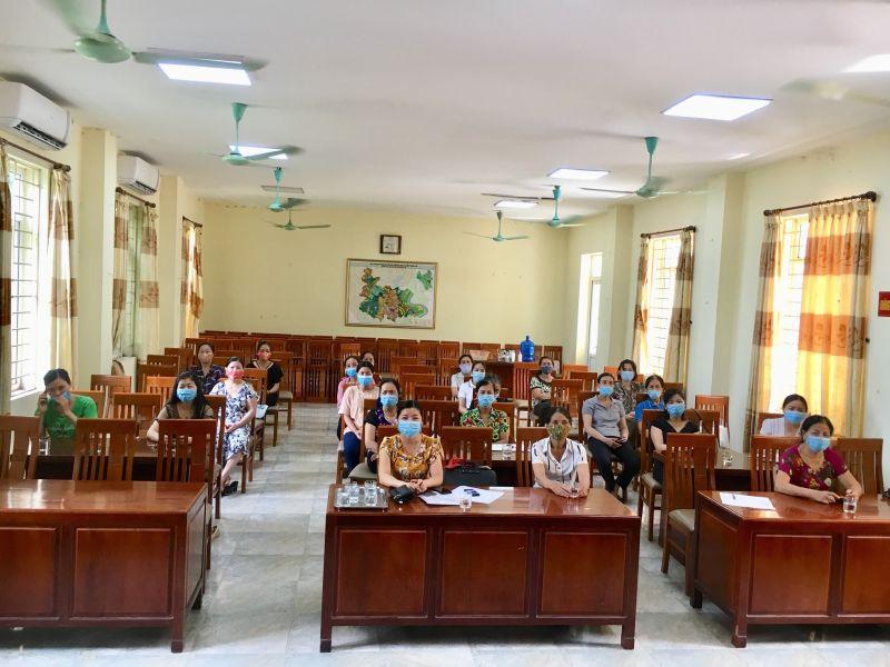 Các cán bộ, hội viên tại các cơ sở Hội LHPN huyện Thanh Trì tham dự Hội nghị qua trực tuyến