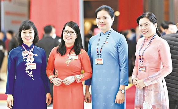 Chủ tịch Hội LHPN Việt Nam Hà Thị Nga cùng các nữ đại biểu tham dự Đại hội Đảng toàn quốc lần thứ XIII sáng 27/1/2021. ảnh: PNVN