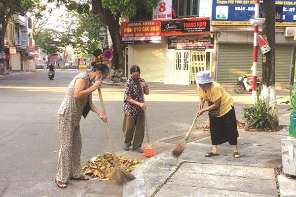 Chị em hội viên phụ nữ quận Hai Bà Trưng tích cực quét dọn, tổng vệ sinh đường phố