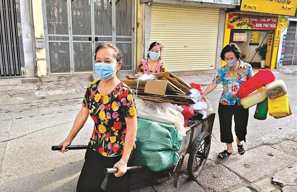 Chị em hội viên phụ nữ phường Quỳnh Lôi thu gom phế liệu vừa gây quỹ Hội vừa bảo vệ môi trường