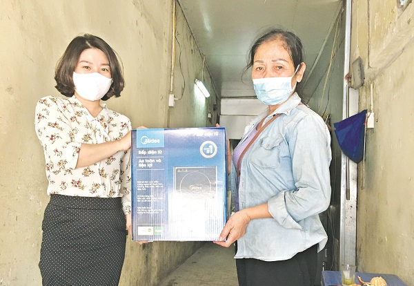 Hội PN phường Minh Khai tặng bếp điện cho hội viên có hoàn cảnh khó khăn.