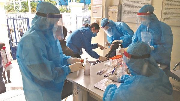 Y bác sĩ TYT phường Mai Động lấy mẫu xét nghiệm Covid-19 cho người dân