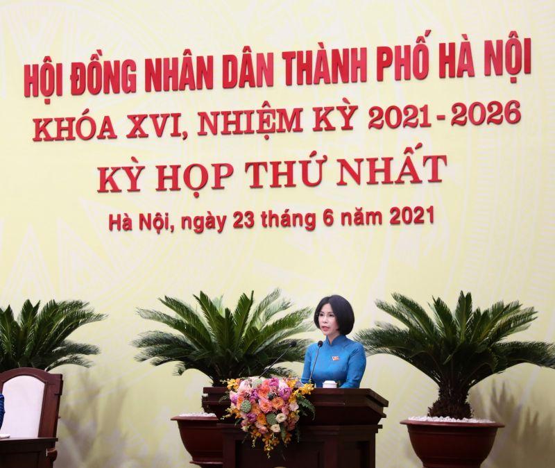 Bà Trần  Thị Nhị Hà, Giám đốc Sở Y tế Hà Nội trình bày Tờ trình