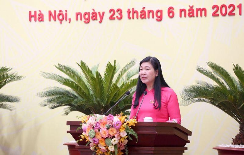 Ủy viên Ban Thường vụ Thành ủy, Chủ tịch Ủy ban MTTQ Việt Nam TP Nguyễn Lan Hương trình bày tờ trình