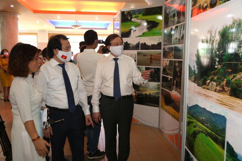 Triển lãm giới thiệu khoảng 120 ảnh bối cảnh quay đặc sắc tại các vùng miền của Việt Nam là những tư liệu, hình ảnh sưu tầm và đang lưu trữ tại Viện Phim Việt Nam
