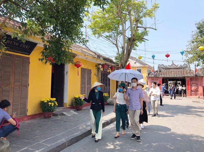 Du khách được hướng dẫn tham quan phố cổ Hội An