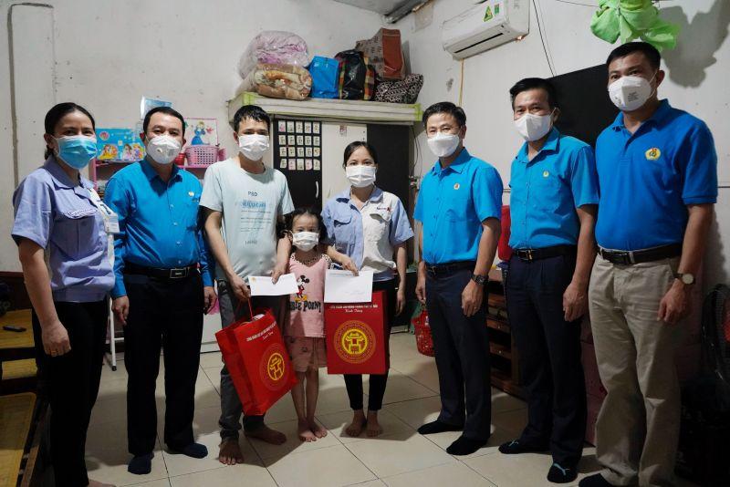 Chủ tịch Liên đoàn Lao động TP Nguyễn Phi Thường tặng quà hỗ trợ cho gia đình công nhân chịu tác động của dịch bệnh