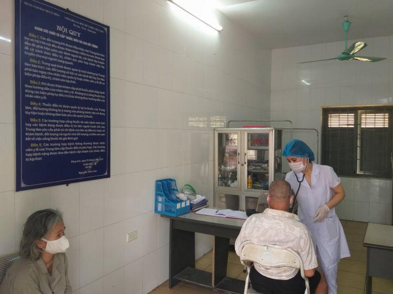 Bác sỹ của Trung tâm Bảo trợ xã hội 1 đang khám sức khỏe cho người lang thang