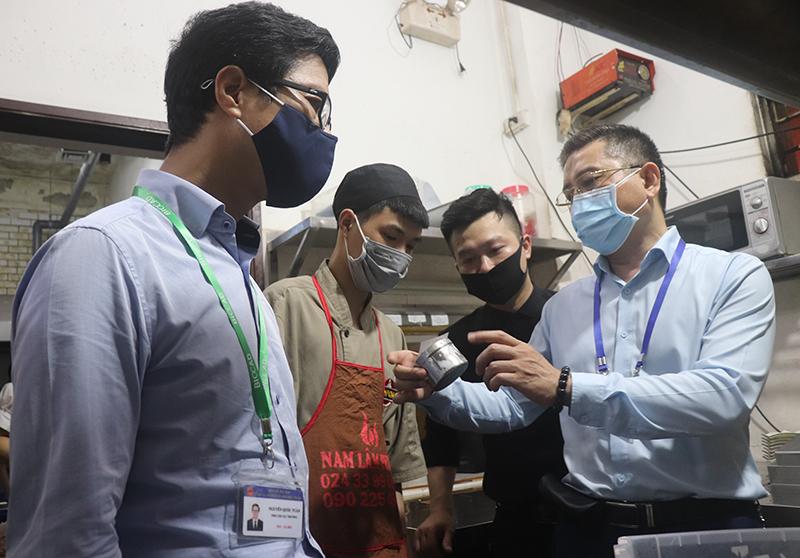 Đoàn công tác của Chi cục An toàn thực phẩm Hà Nội kiểm tra khu bếp của một cơ sở kinh doanh ăn uống trên địa bàn quận Thanh Xuân.