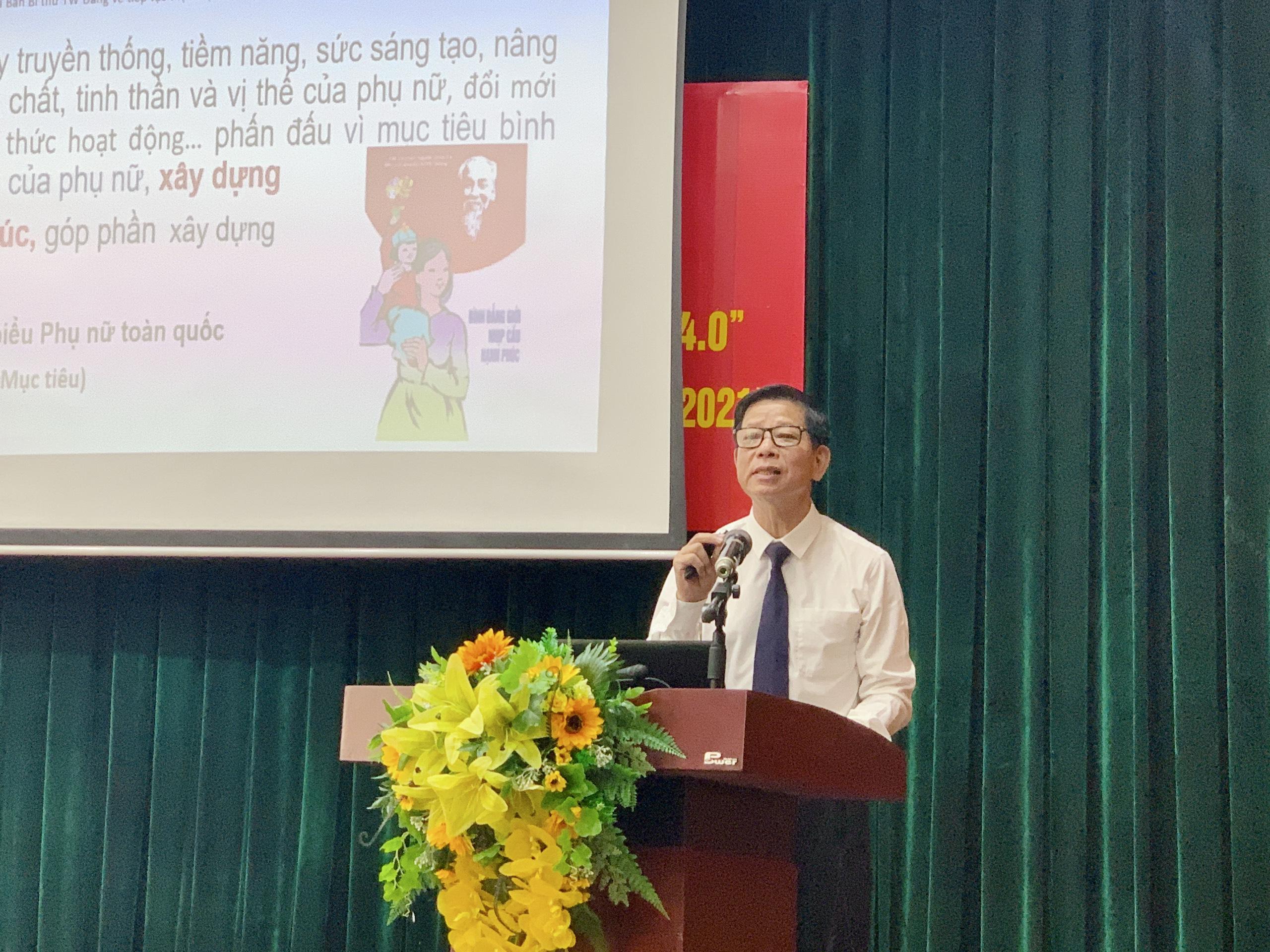 ThS Hoa Hữu Vân - báo cáo viên chương trình trình bày về thực trạng, bối cảnh và những khó khăn, thách thức của gia đình Việt trong thời đại 4.0