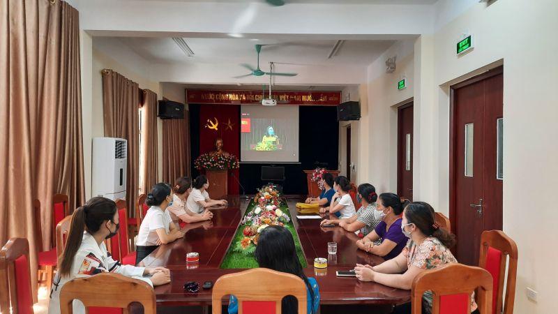 Các cán bộ, hội viên phụ nữ tại điểm cầu Hội LHPN xã Yên Mỹ, huyện Thanh Trì chăm chú theo dõi chương trình Hội nghị qua màn hình trực tuyến