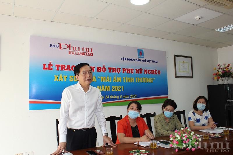 Đồng chí  Trần Quang Dũng, Trưởng ban Truyền thông và Văn hóa doanh nghiệp Petrovietnam phát biểu tại buổi gặp các gia đình nhận tiền hỗ trợ xây sửa nhà
