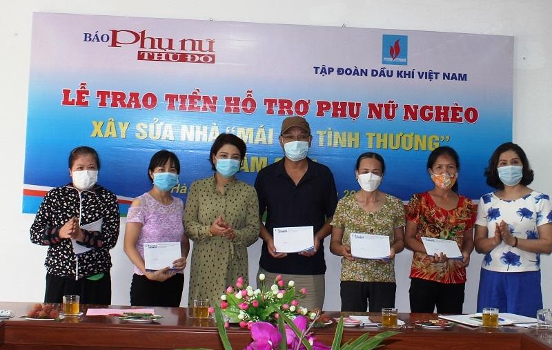 Đồng chí Lê Quỳnh Trang Tổng biên tập  Báo Phụ nữ Thủ đô  (người thứ 3 từ trái sang) và đồng chí Lê Thị Hồng Minh Phó tổng biên tập Báo Phụ nữ Thủ đô ( người đầu tiên bên phải) đã trao tiền hỗ trợ xây nhà