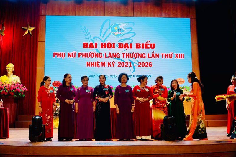 Đ/c Nguyễn Lan Hương, Chủ tịch Hội LHPN quận Đống Đa tặng quà tri ân các cán bộ Hội LHPN phường Láng Thượng nghỉ công tác