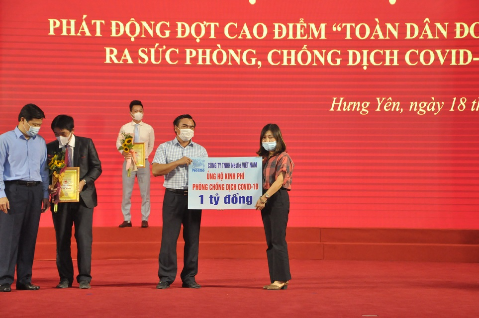 Đại diện Nestlé Việt Nam trao tặng 1 tỷ đồng vào Quỹ Vắc xin Covid-19 tỉnh Hưng Yên