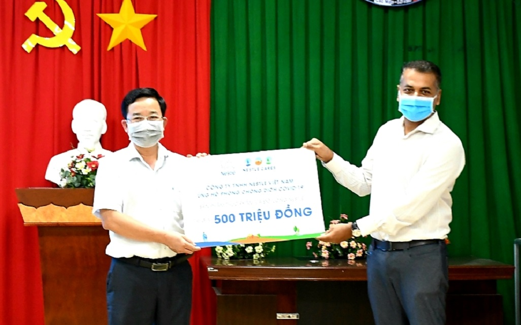 Ông Binu Jacob, Tổng Giám đốc Nestlé Việt Nam trao tặng tài trợ của Nestlé Việt Nam cho tuyến đầu chống dịch