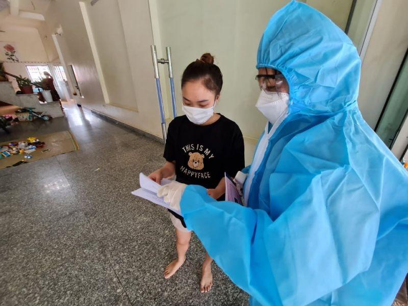 Cán bộ thuộc tổ Covid-19 cộng đồng tại địa bàn huyện Lục Nam tới từng nhà để kiểm tra thông tin (BYT)