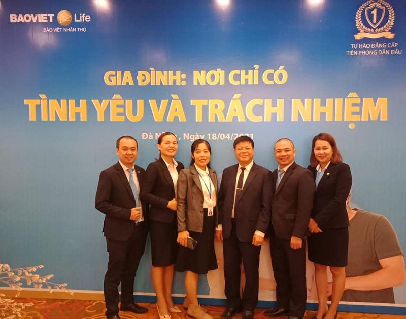 Chuyên gia Đinh Đoàn (thứ 3 từ phải qua) – chụp ảnh lưu niệm trong một lần làm báo cáo viên nói chuyện chuyên đề về gia đình (NVCC)