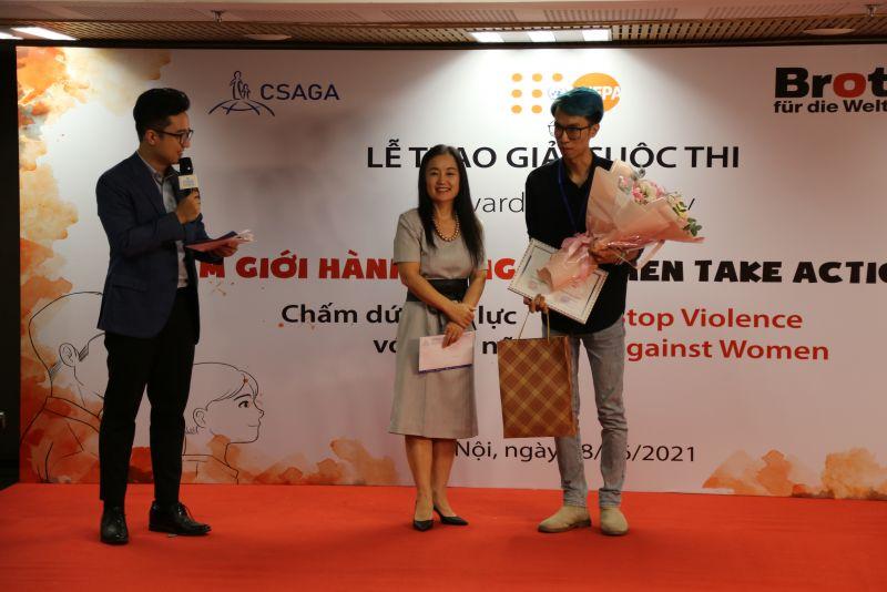 Bà Naomi Kitahara – Trưởng đại diện Quỹ Dân số Liên Hợp Quốc tại Việt Nam trao thưởng cho tác giả đạt giải