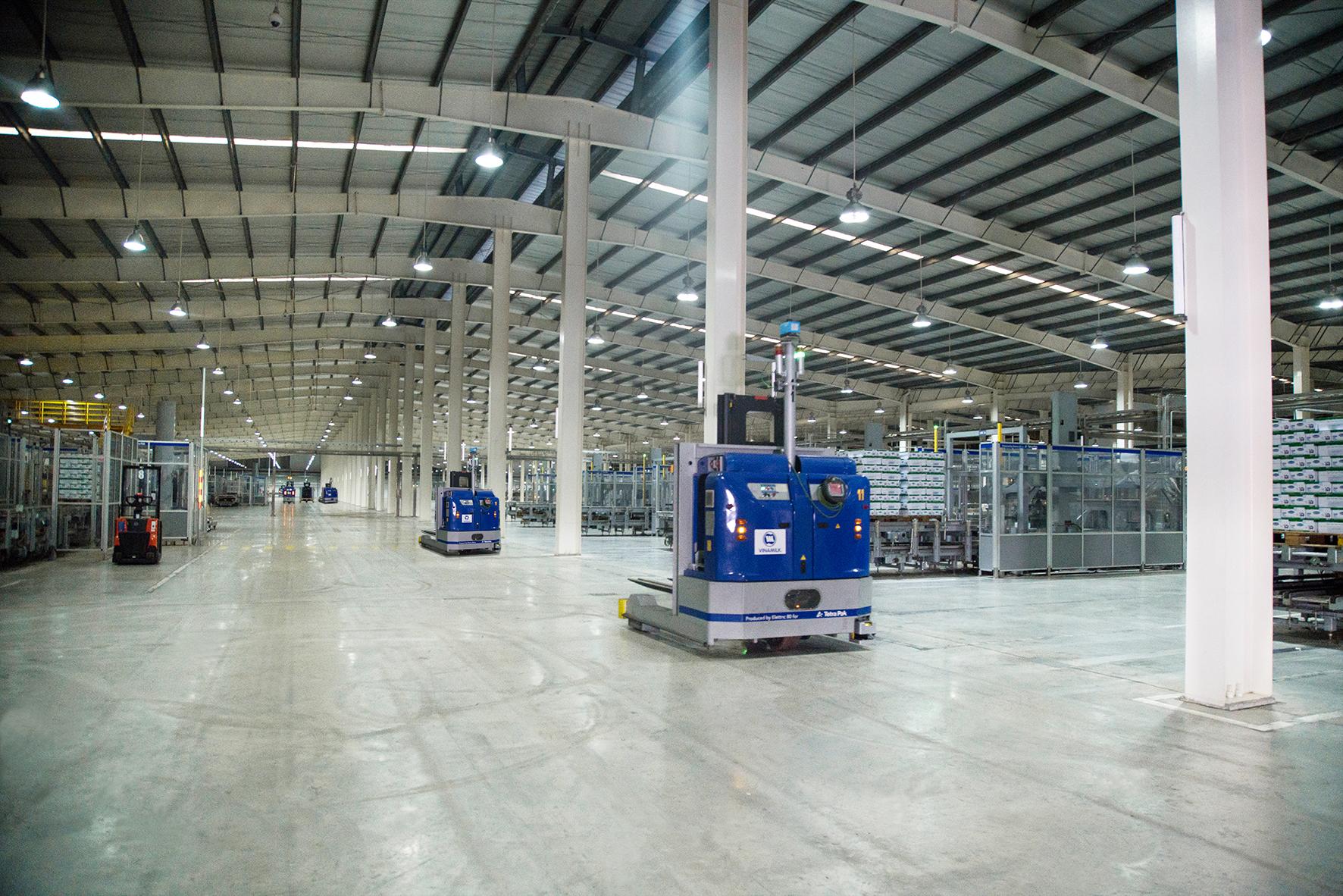 Hệ thống robot LGV trong nhà máy được vận hành tự động và đồng bộ, giúp tối ưu hóa năng suất và kiểm soát chất lượng sản phẩm nghiêm ngặt.