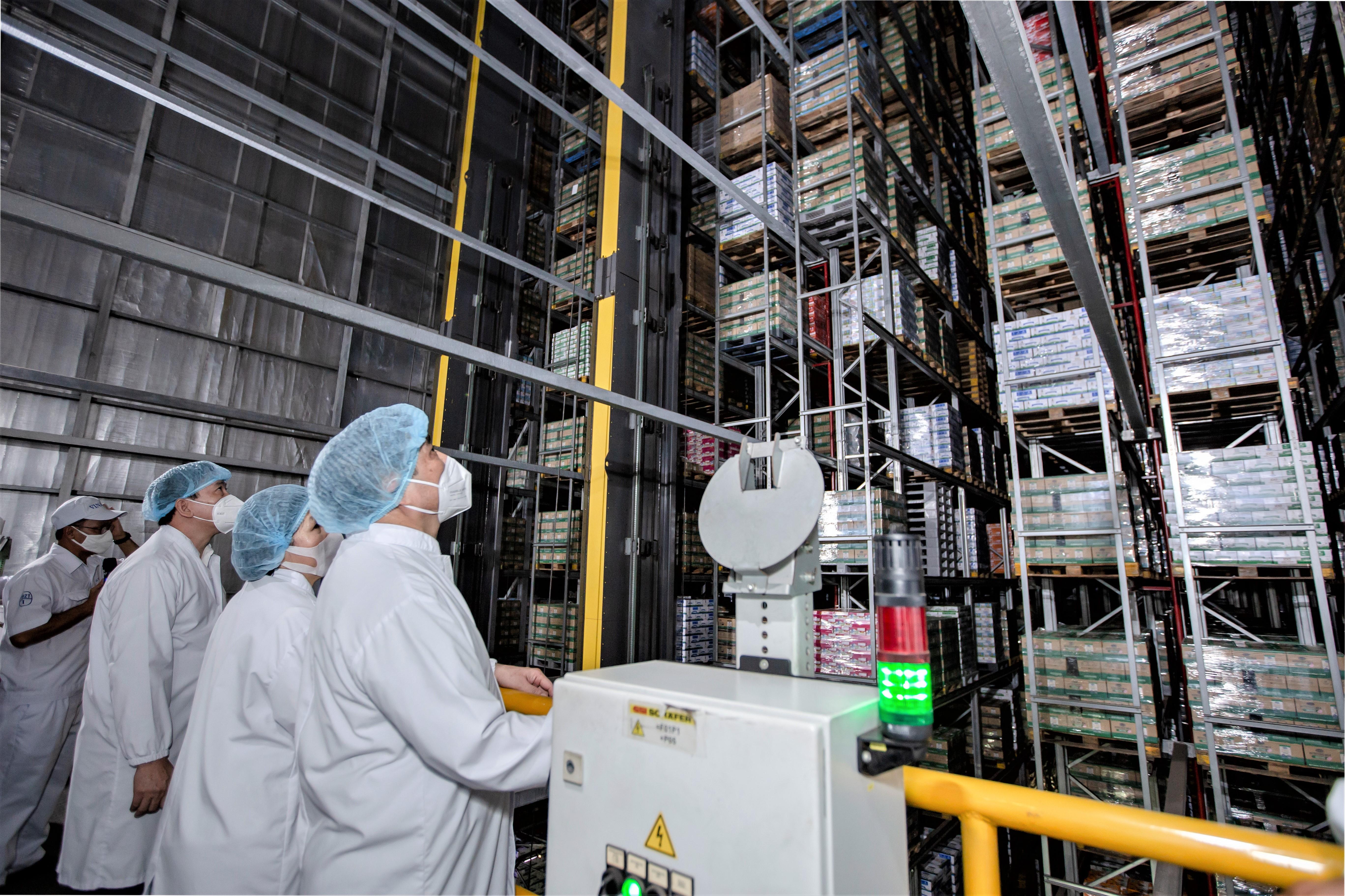 Nhà máy Mega là đơn vị tiên phong sử dụng hệ thống kho thông minh với công nghệ châu Âu có sức chứa hơn 27.000 pallet hàng hóa