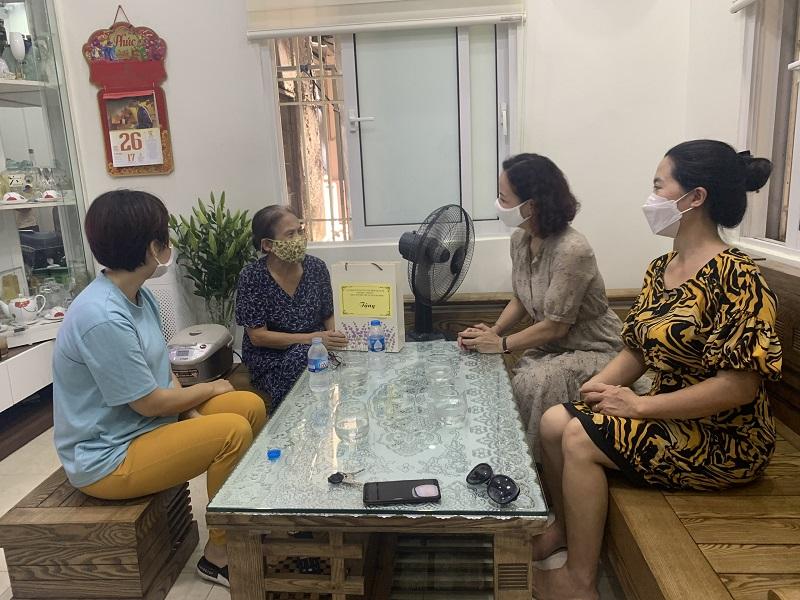 Hội PN đến thăm hỏi và tặng quà gia đình cán bộ, hội viên phụ nữ tiêu biểu trên địa bàn quận