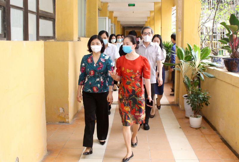 Phó Bí thư Thường trực Thành ủy Nguyễn Thị Tuyến kiểm tra tại điểm thi Trường THPT Nguyễn Trãi