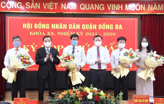 Chủ tịch UBND thành phố Hà Nội Chu Ngọc Anh chúc mừng lãnh đạo HĐND quận Đống Đa khóa XX.