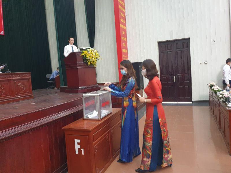 Các đại biểu bỏ phiếu bầu các chức danh chủ chốt