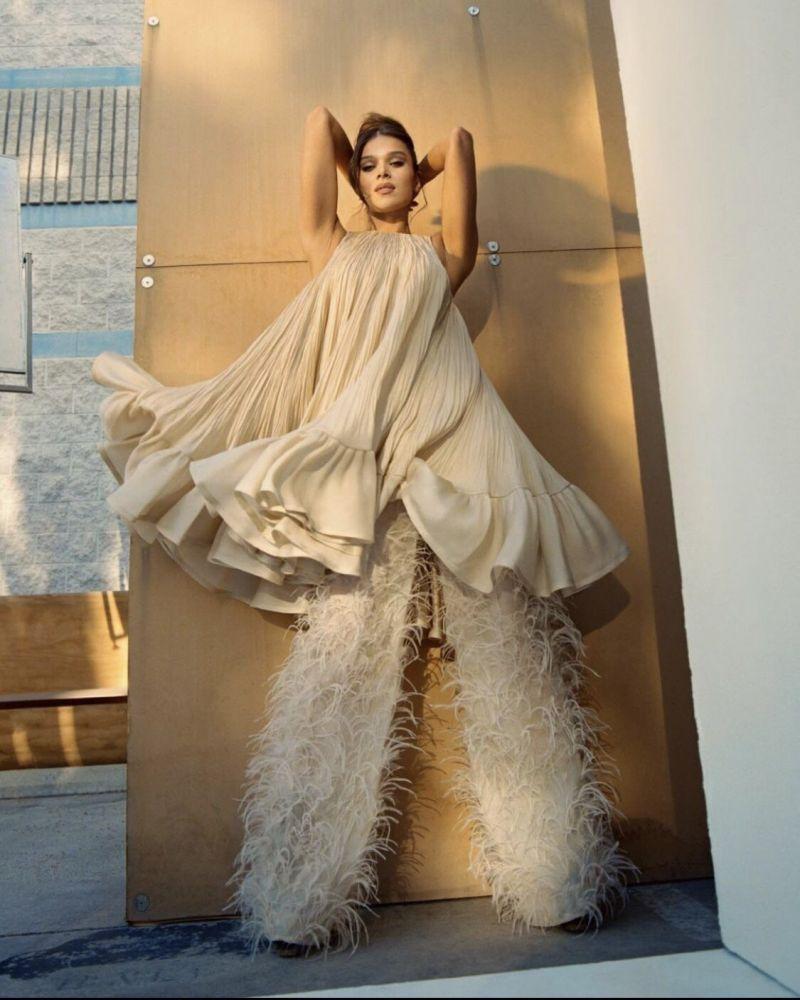 Diễn viên Hailee Steinfeld sở hữu 12 giải thưởng điện ảnh thế giới trong một thiết kế của Công Trí