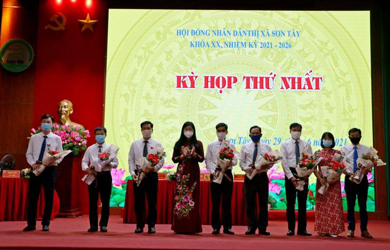 Đồng chí Nguyễn Lan Hương chức mừng các cán bộ chủ chốt HĐND, UBND thị xã Sơn Tây vừa trúng cử