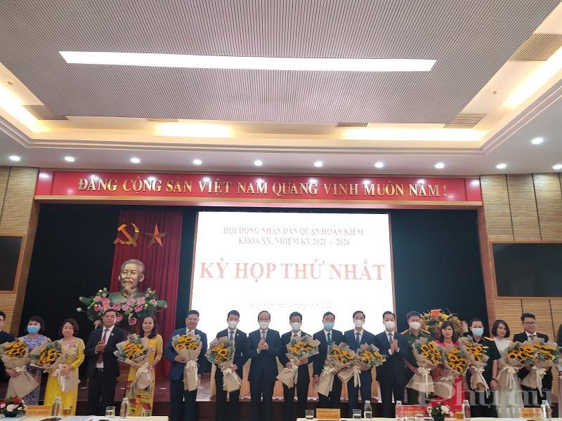 Chủ tịch HĐND TP tặng hoa chúc mừng Chủ tịch, Phó Chủ tịch UBND quận, các thành viên UBND quận