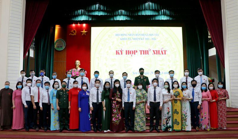 Đồng chí Nguyễn Lan Hương chụp ảnh cùng các cán bộ chủ chốt HĐND, UBND thị xã Sơn Tây nhiệm kỳ 2021-2026