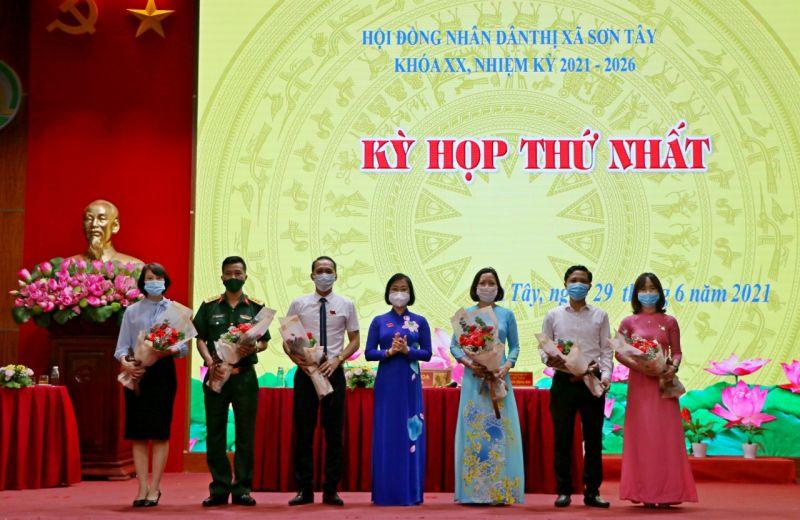 Đồng chí Nguyễn Thị Thanh Mai, Bí thư Thị ủy Sơn Tây chúc mừng các đồng chí trúng cử HĐND, UBND khóa XX