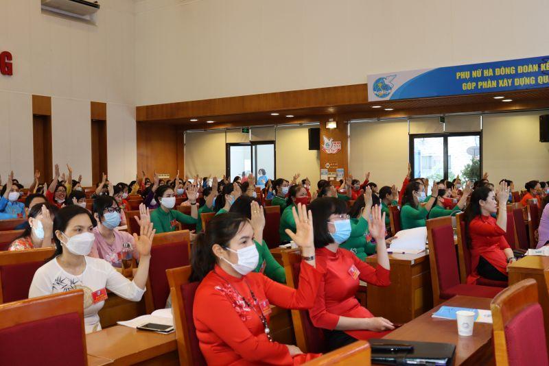 168 đại biểu biểu quyết giơ tay bầu BCH, BTV và đoàn đại biểu dự Đại hội Phụ nữ