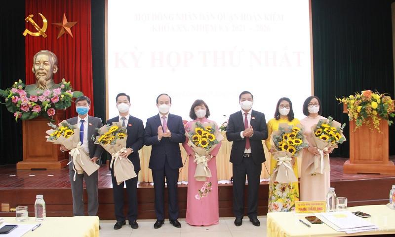 Chủ tịch HĐND TP tặng hoa chúc mừng Chủ tịch, Phó Chủ tịch HĐND quận, trưởng, phó ban Kinh tế Xã hội, Trưởng ban Pháp chế HĐND
