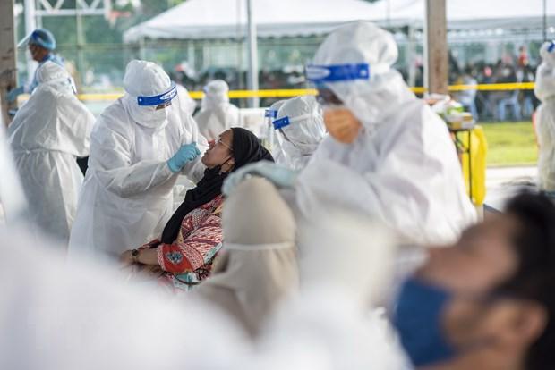 Nhân viên y tế lấy mẫu xét nghiệm COVID-19 cho người dân tại Subang Jaya, Selangor, Malaysia.