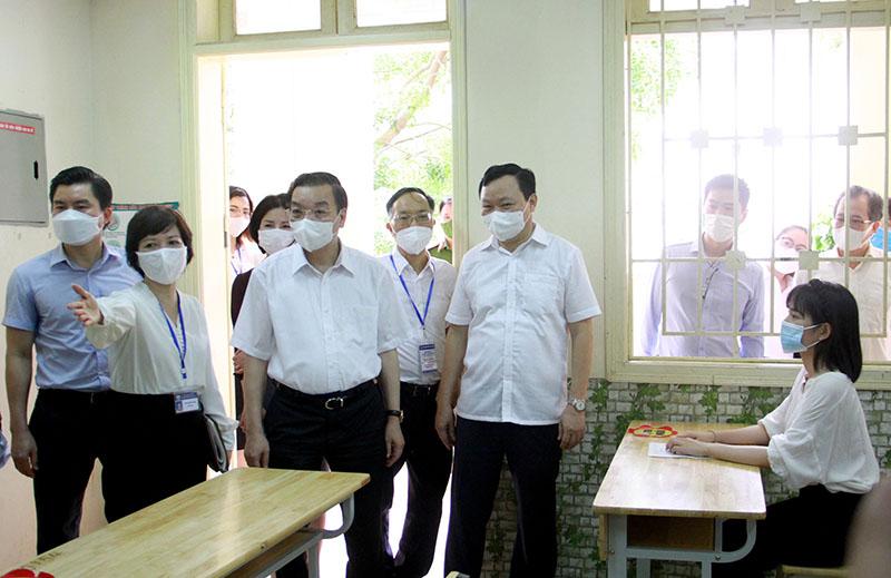 Chủ tịch UBND TP Chu Ngọc Anh kiểm tra công tác bố trí chỗ ngồi cho các thí sinh trong phòng thi.