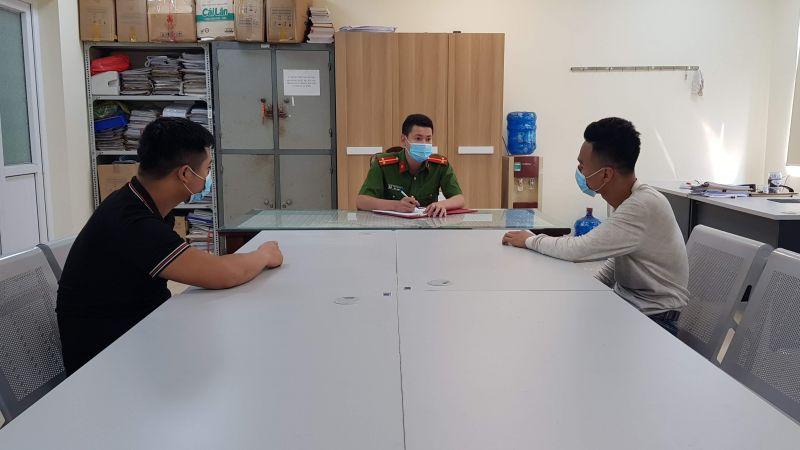 Cán bộ công an huyện Ba Vì lập tờ khai với hai đối tượng bị bắt vì liên quan đến mua bán ma túy