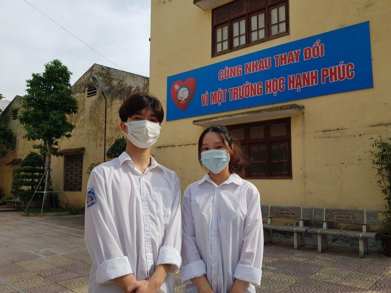 Em Nguyễn Diệu Linh, học sinh lớp 11D5, trường THPT Quang Trung, Hà Đông  (bên phải)