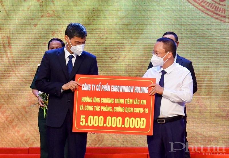 Ông Nguyễn Cảnh Hồng – Phó Chủ tịch HĐQT Eurowindow Holding trao tặng 5 tỷ đồng trong sự kiện tối ngày 19/6 tại Cung Văn hóa lao động Hữu nghị Việt – Xô (Hà Nội).