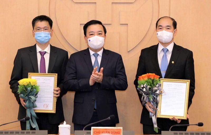 Phó Chủ tịch UBND thành phố Hà Nội Chử Xuân Dũng trao các quyết định bổ nhiệm.