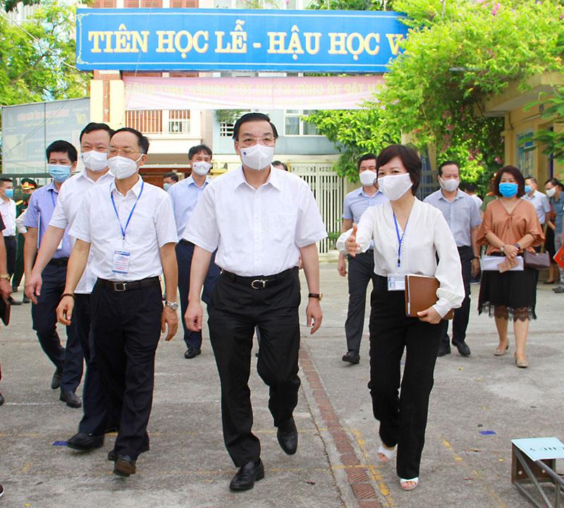Chủ tịch UBND TP Chu Ngọc Anh kiểm tra công tác phòng chống dịch Covid-19 trong kỳ thi tốt nghiệp THPT năm học 2021 tại trường THCS Bế Văn Đàn.